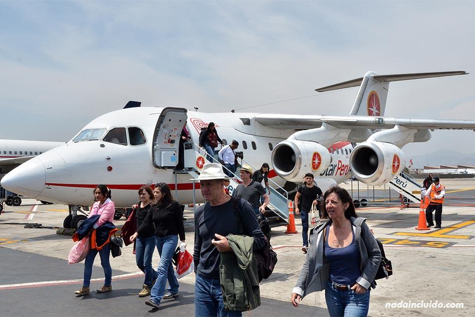 Avión de la compañía Star Perú en el aeropuerto de Lima (Perú)