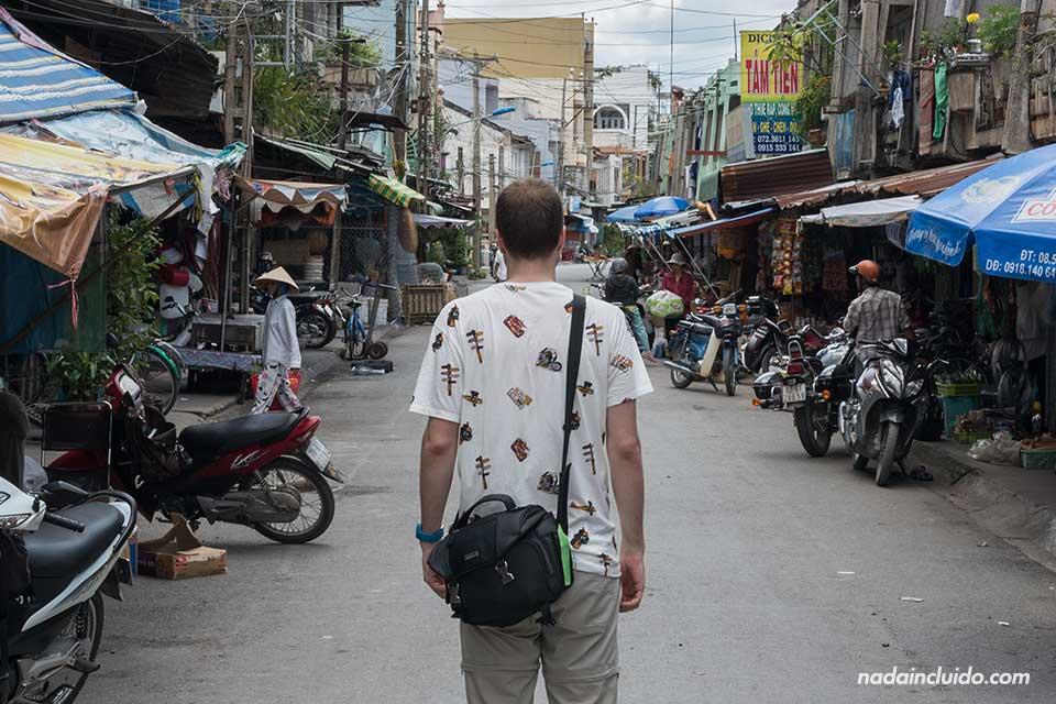 Visitando un mercado en la provincia de Long An, junto al delta del Mekong (Vietnam)
