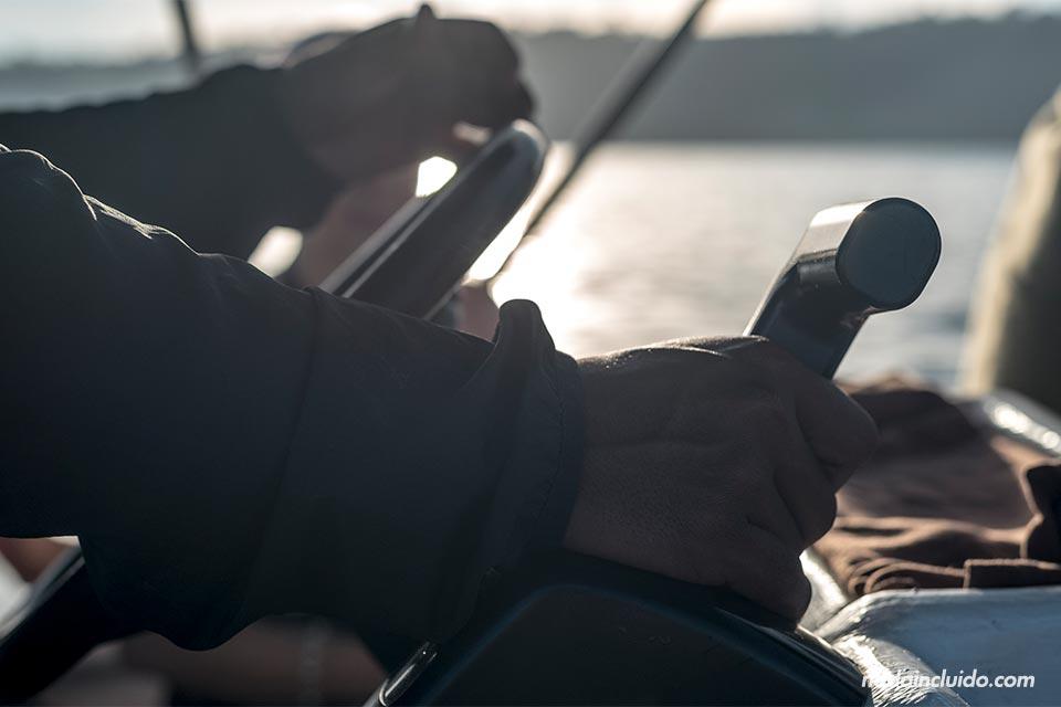 El capitán controla el timón de un barco hacia el Parque Nacional de Corcovado, en Costa Rica