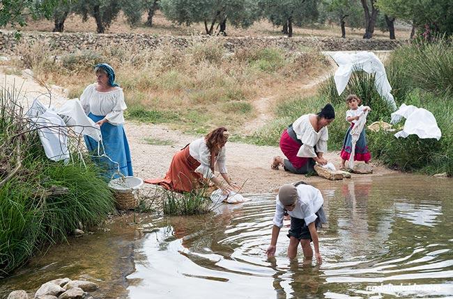 Lavando en el río durante una representación en El Burgo (Málaga)