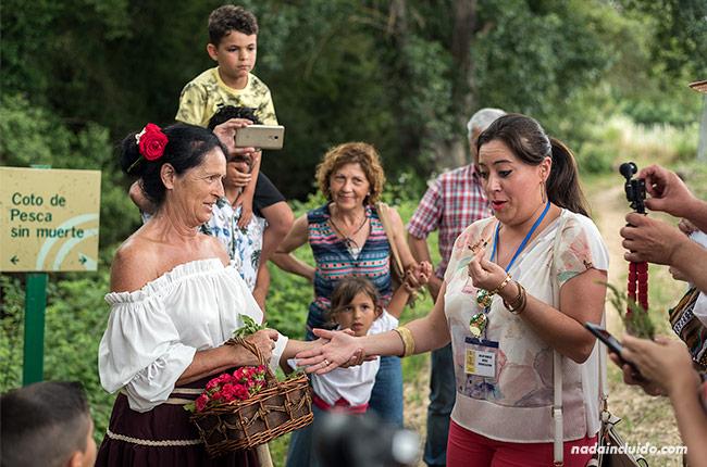 Leyendo las manos en visita teatralizada por El Burgo (Málaga)