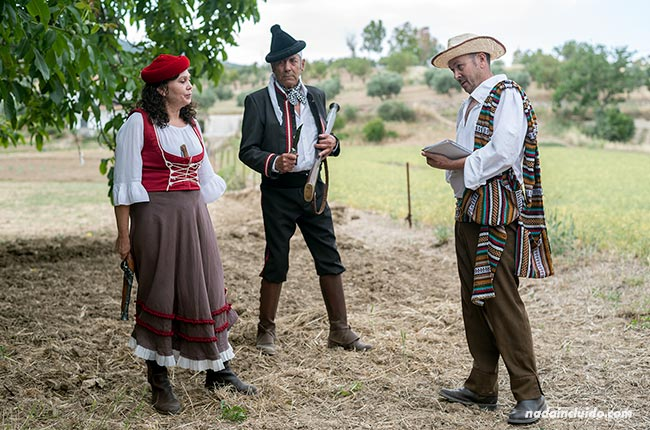 Actores en una visita teatralizada por El Burgo (Málaga)