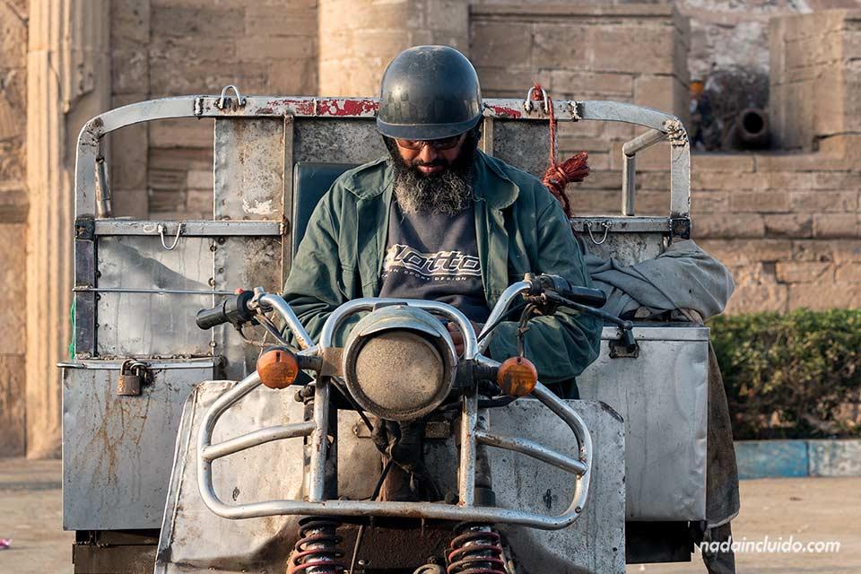 Motorista en el puerto de Essaouira (Marruecos)