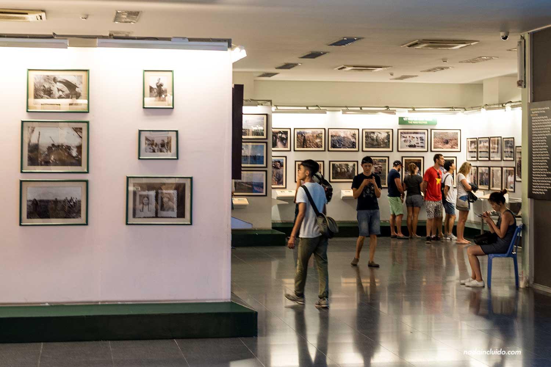 Sala de fotografías en el Museo de la guerra de Vietnam, Ho Chi Minh