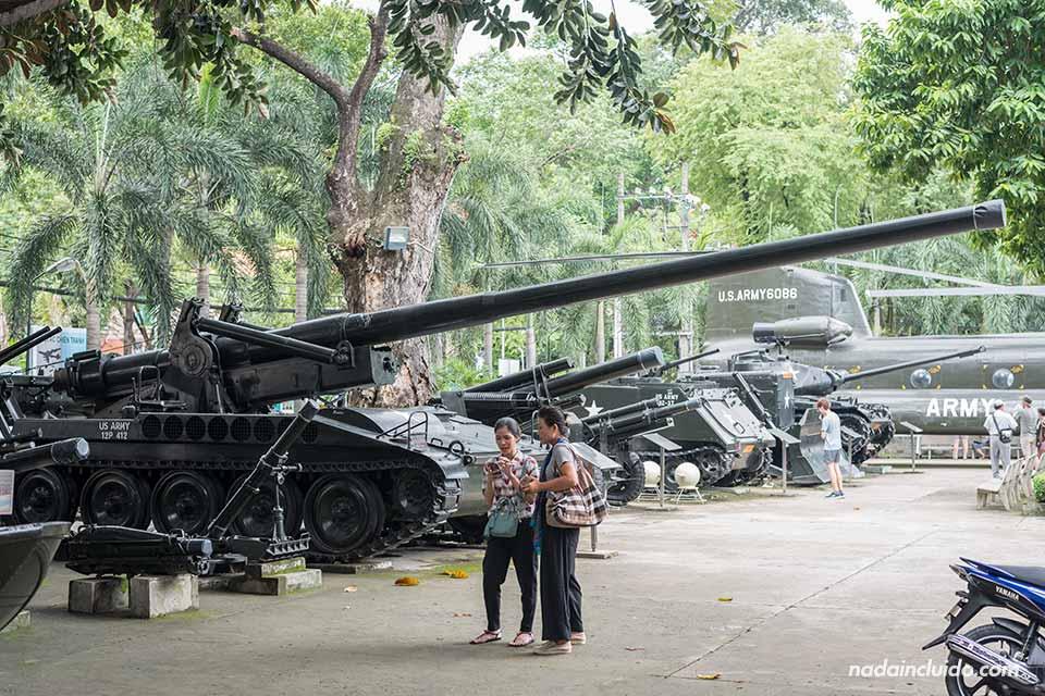 Vehículos bélicos en Museo de la guerra de Vietnam en Ho Chi Minh