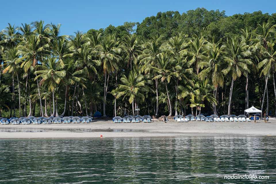 Tumbonas en la playa de isla Paridas, en el parque nacional marino golfo de Chiriquí (Panamá)