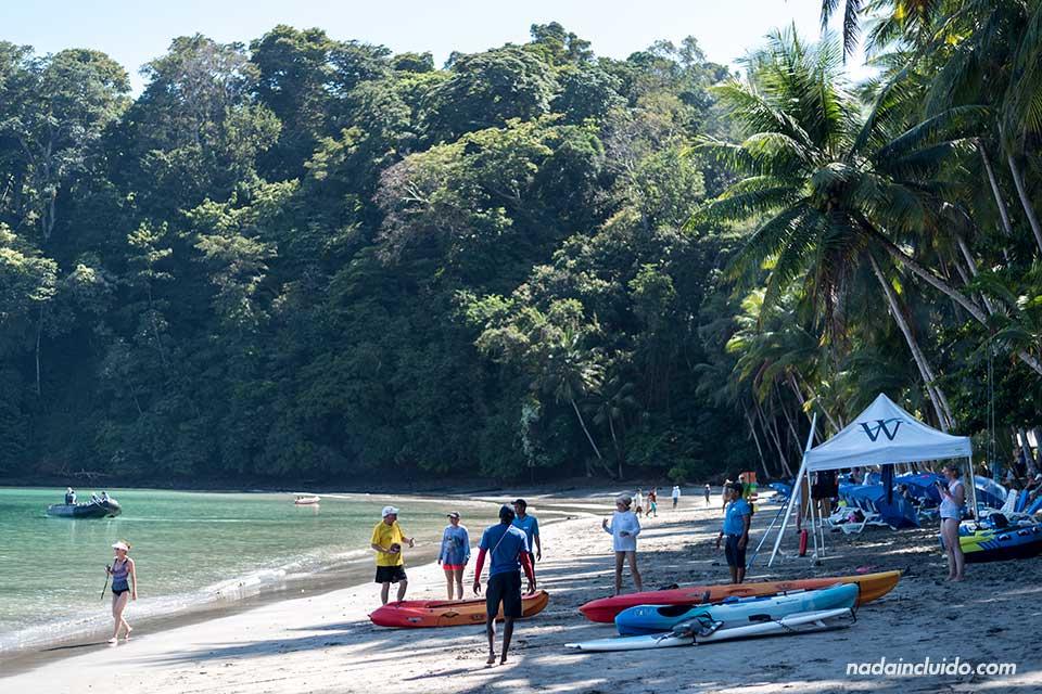 Turistas en la playa de isla Paridas, parque nacional marino golfo de Chiriquí (Panamá)