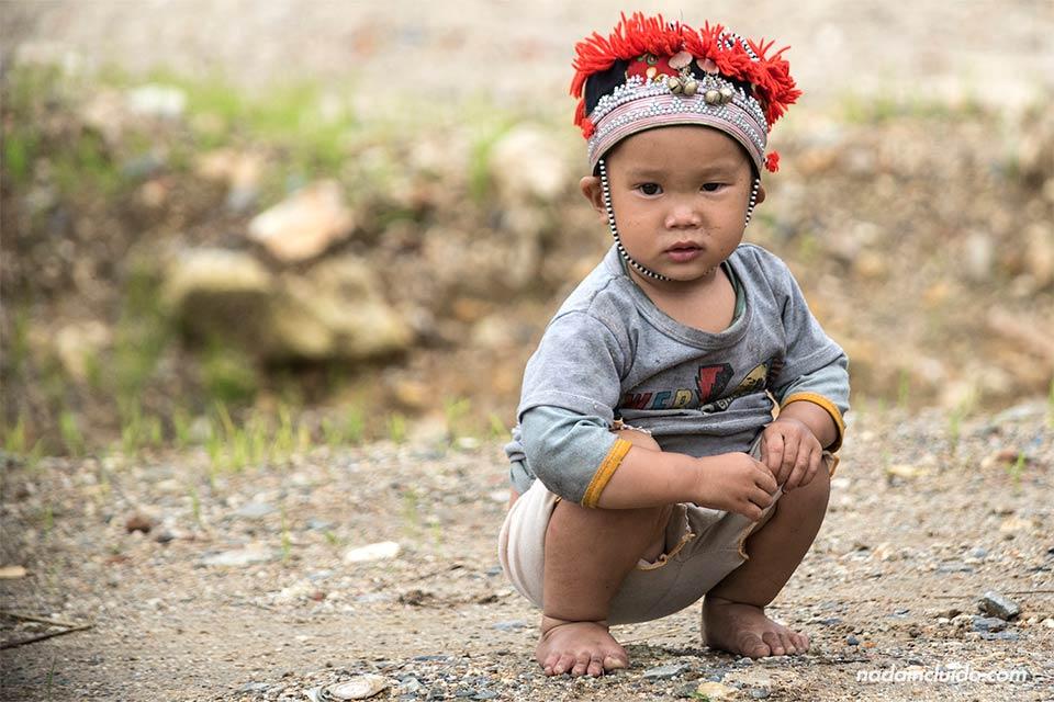 Niño vietnamita vestido con un sombrero Hmong en el pueblo de Lao Chai, cerca de Sapa (Vietnam)