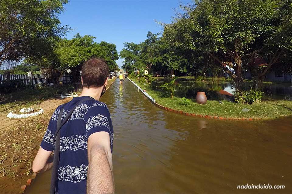Paseando por la entrada inundada por las lluvias en las Mua Caves, Ninh Binh (Vietnam)