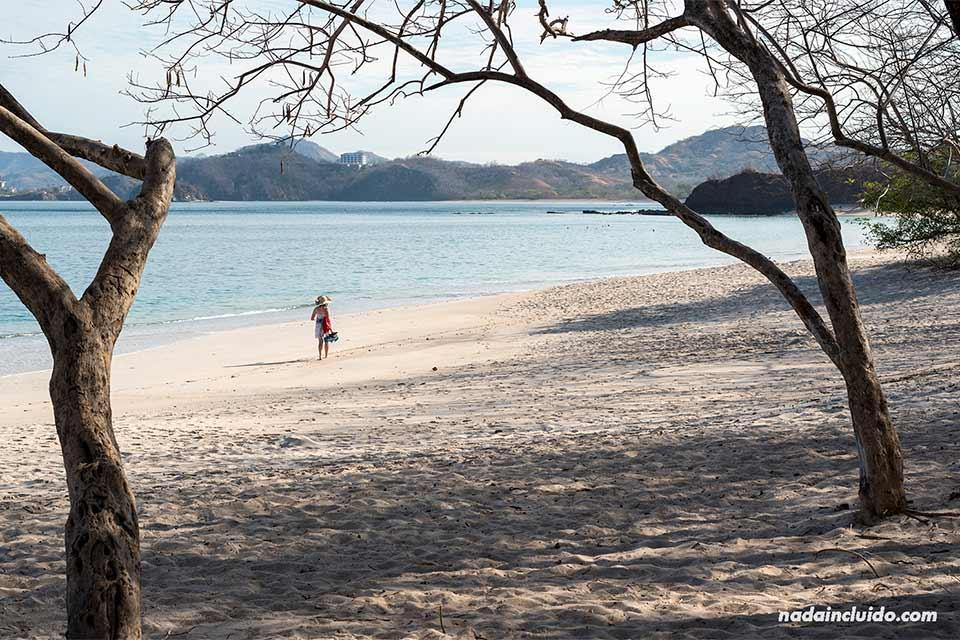 Turista paseando por Playa Conchal (Costa Rica)