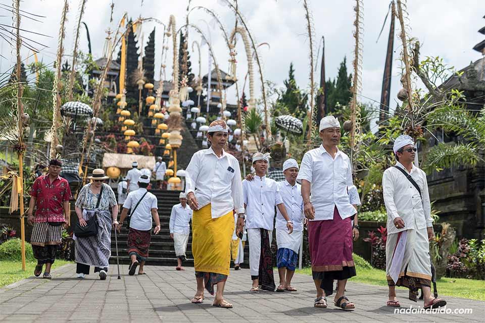 Balineses paseando por el Pura Besakhi (Bali, Indonesia)