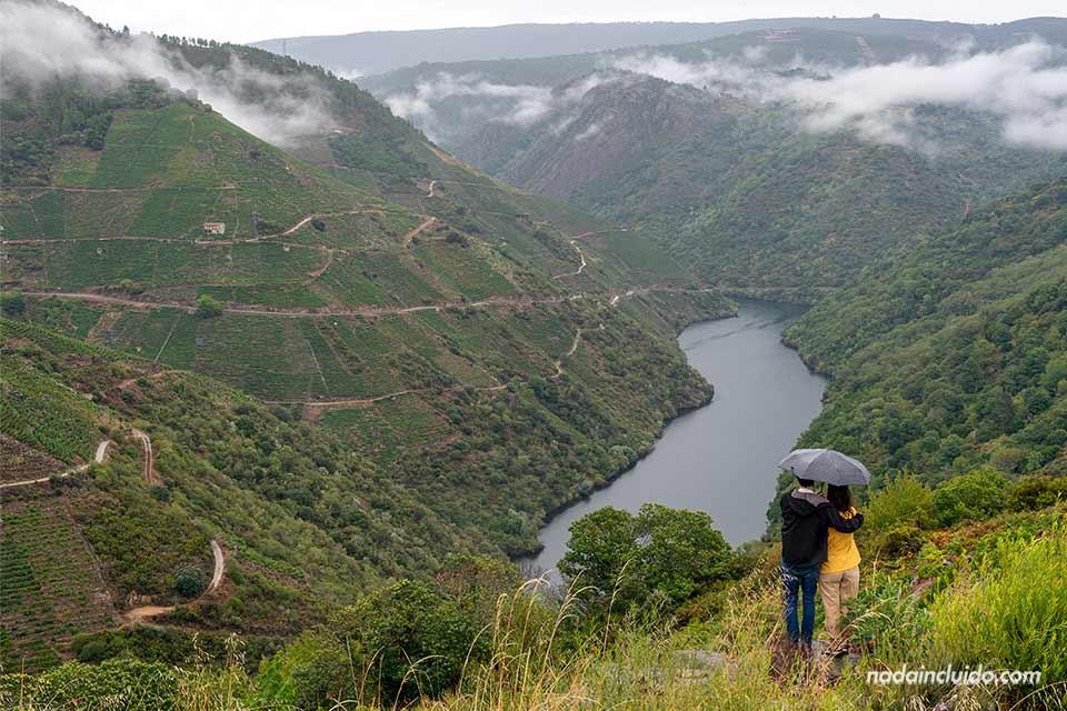 Pareja en el mirador Souto Chao, Ribeira Sacra (Galicia)