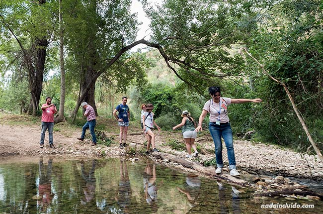 Cruzando un río en El Burgo (Málaga)