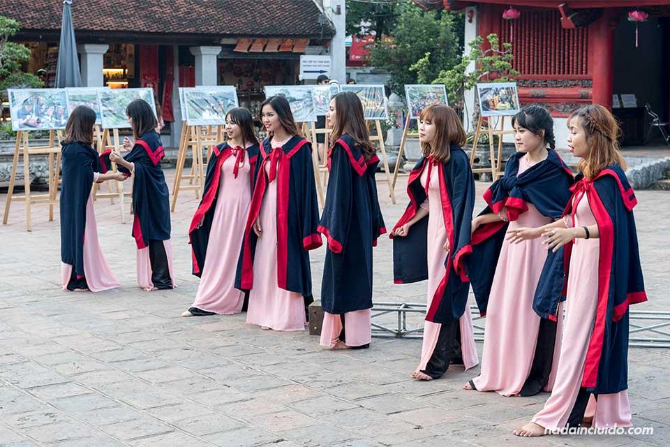 Universitarias se gradúan en el Templo de la Literatura de Hanoi (Vietnam)