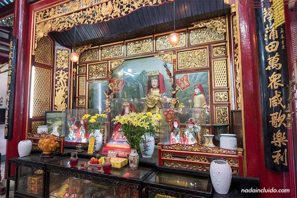 Una ofrenda sobre el altar de la Asamblea Cantonesa de Hoi An (Vietnam)