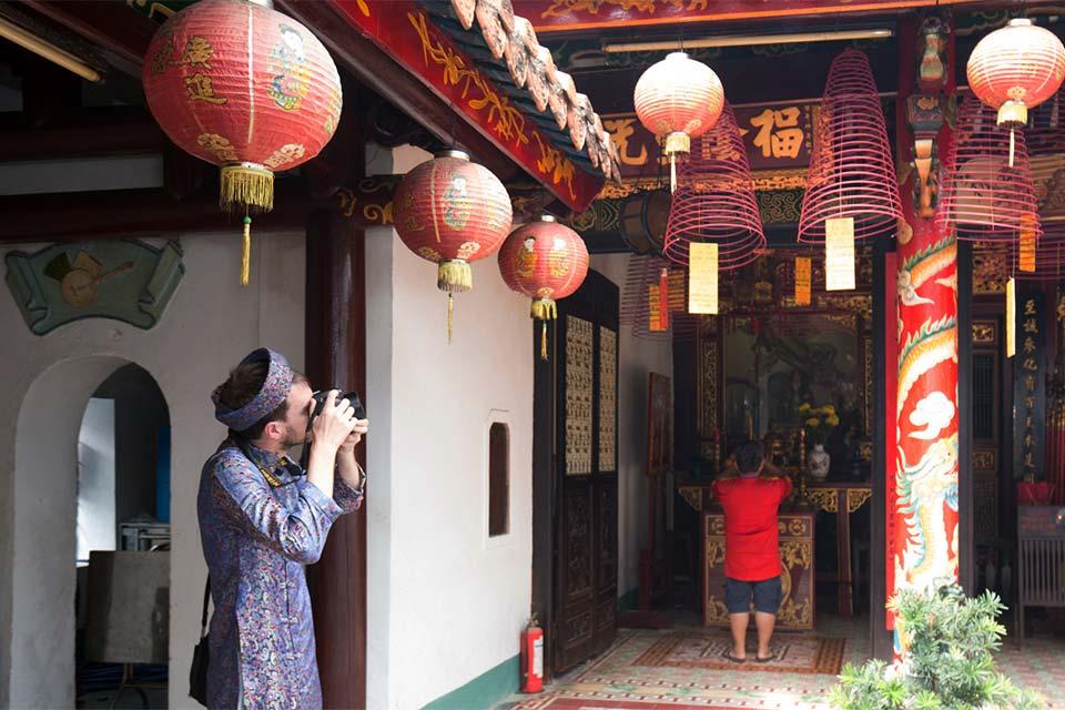 Haciendo fotos en la Asamblea Cantonesa de Hoi An con el traje tradicional Ao Dai (Vietnam)