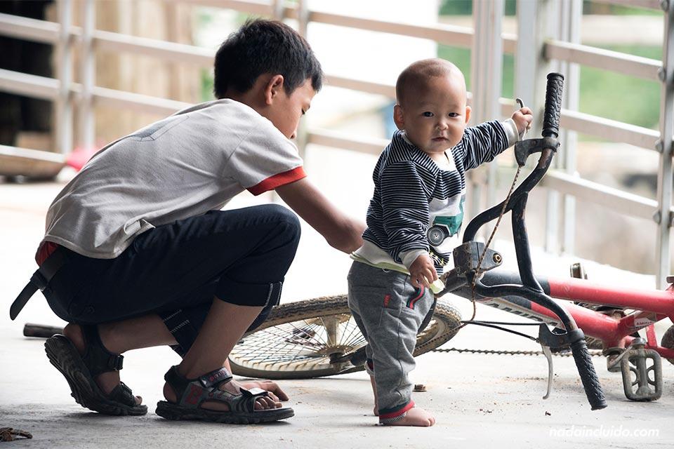 Niños vietnamita en la aldea de Lao Chai, cerca de Sapa (Vietnam)