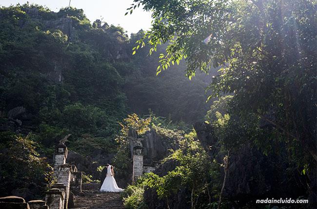 Una pareja se hace las fotos de boda en las Mua Caves, Ninh Binh (Vietnam)