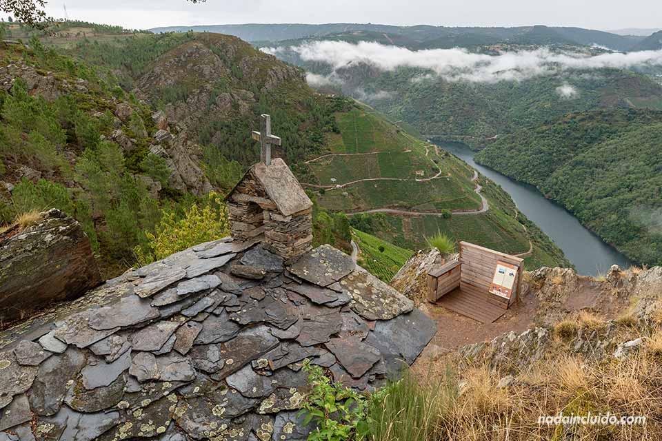 Tejado de la ermita en el mirador Pena do Castelo, Ribeira Sacra (Galicia)