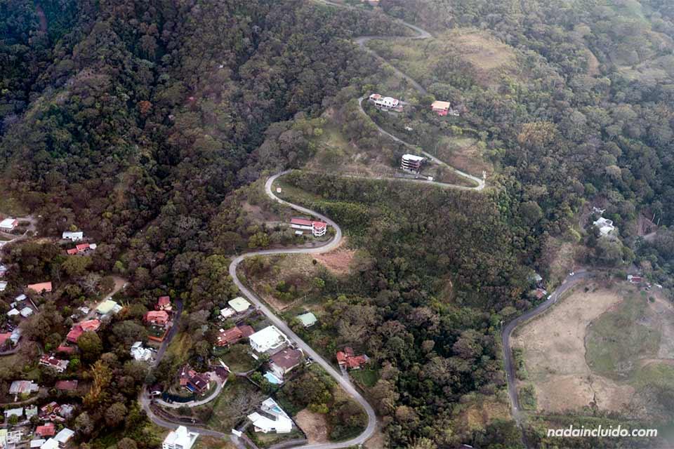 Vista aérea de una carretera de San José (Costa Rica)