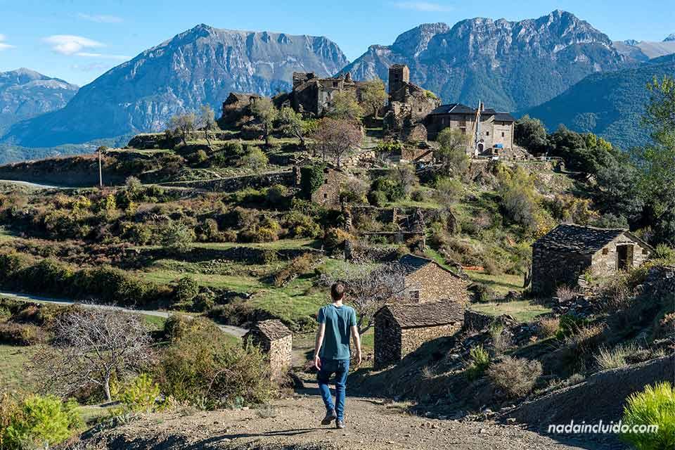 Paseando junto a Muro de Bellos, un pueblo abandonado en el Sobrarbe (Aragón)