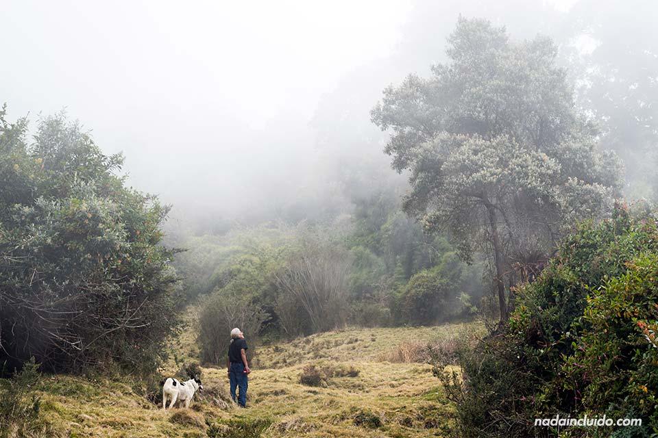 Subiendo a la cima del Volcán Turrialba entre la niebla (Costa Rica)