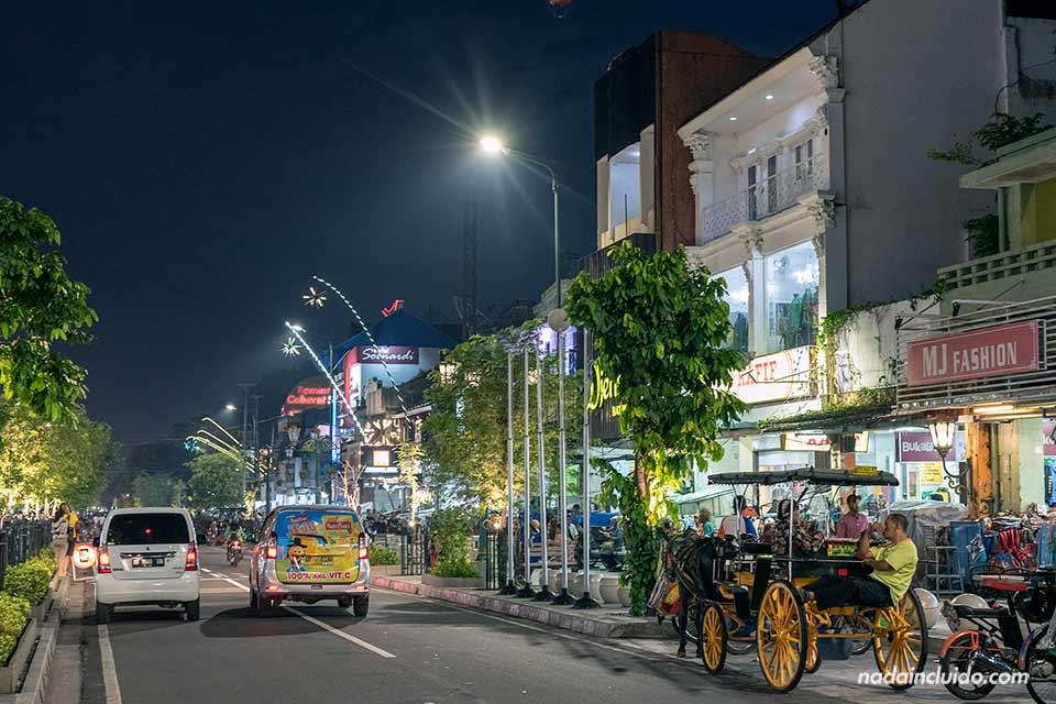 Calle Malioboro de noche, Yogyakarta (Java, Indonesia)