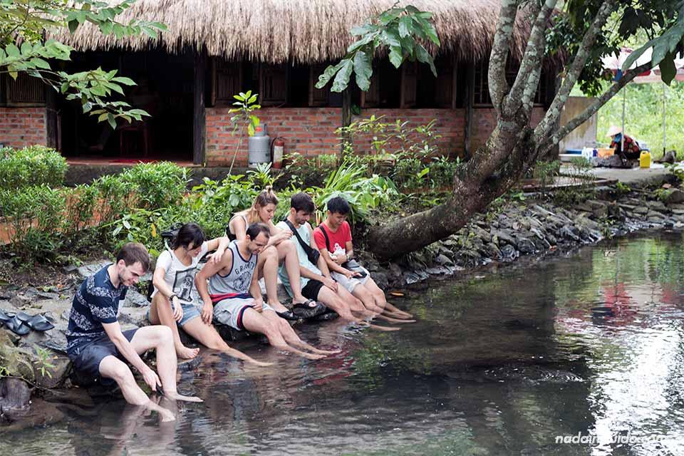 Metiendo los pies en un riachuelo de la Bahía de Lan Ha (Vietnam)