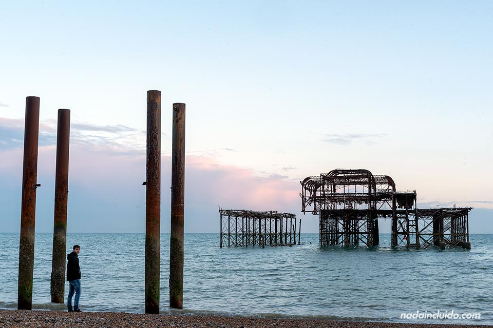 El West Pier es un antiguo PIer de Brighton que arrasó un incendio (Inglaterra)