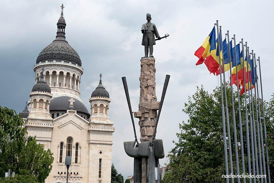 Fachada de la Catedrala Adormirii Maicii Domnului (Cluj-Napoca, Rumanía)