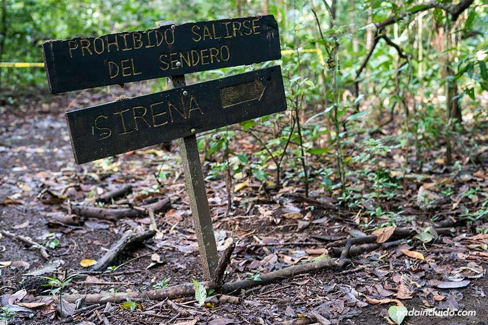 Cartel señala la dirección hacia la estación Sirena, en el parque nacional de Corcovado (Costa Rica)