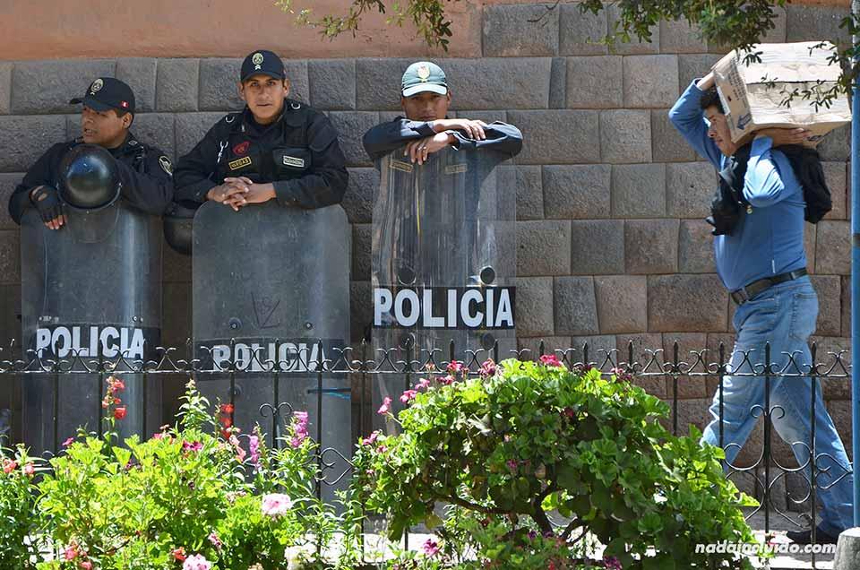 Policía peruana en la ciudad de Cuzco durante una jornada de huelga (Perú)
