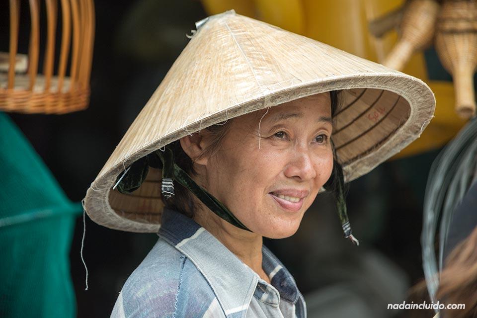 Mujer portando un Non La en la provincia de Long An, junto al delta del Mekong (Vietnam)