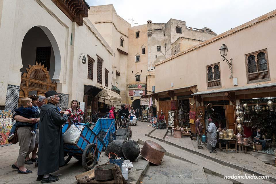 Plaza Seffarine en la medina de Fez (Marruecos)