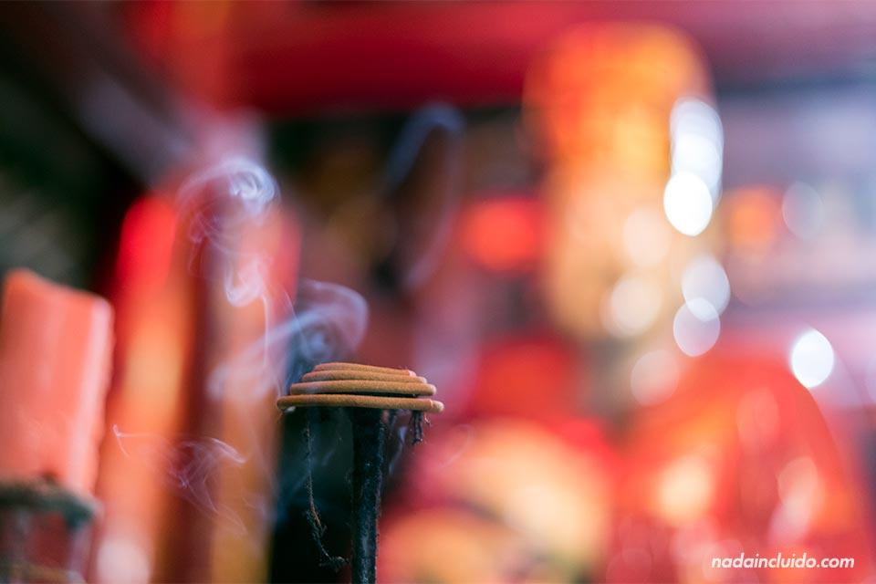 Incienso encendido en el Templo de la Literatura de Hanoi (Vietnam)