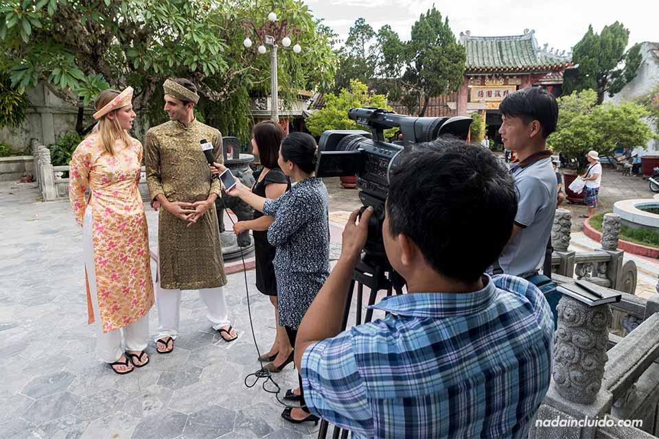 Una cadena de televisión vietnamita nos entrevista en la puerta de la Asamblea Cantonesa de Hoi An (Vietnam)