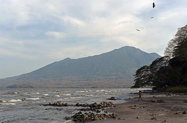 Vistas al Volcán Maderas desde la Playa de Santo Domingo en la Isla de Ometepe (Nicaragua)