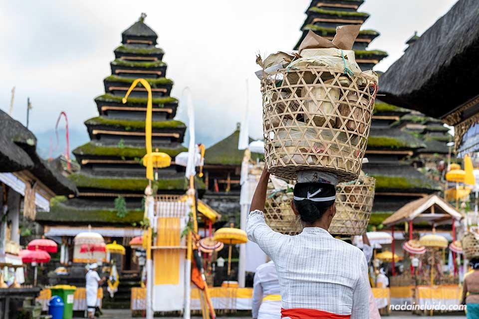 Mujer llevando una ofrenda en el templo del Pura Besakhi (Bali, Indonesia)