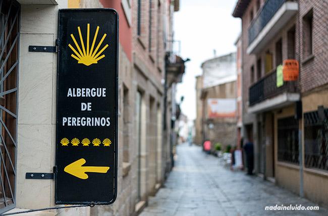Cartel del Albergue de peregrinos en Santo Domingo de la Calzada (Rioja, España)