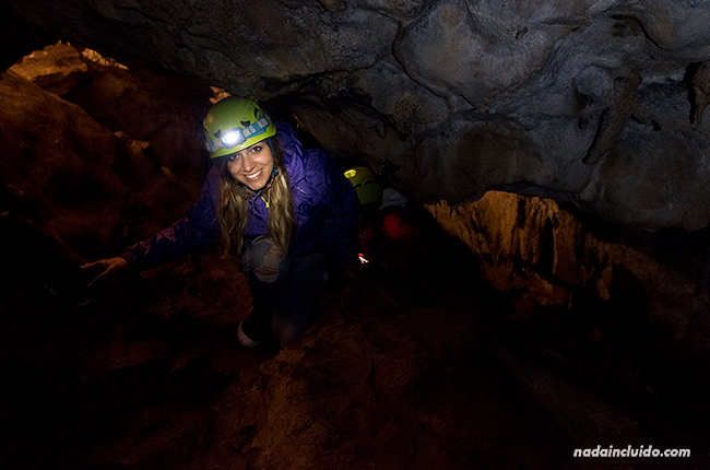 Mimi en la cueva del oso cavernario de Tella (Sobrarbe, Aragón)
