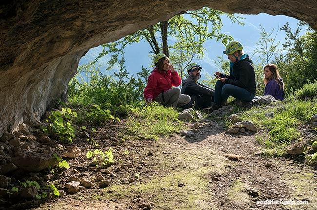 Entrada a la cueva del oso cavernario de Tella (Sobrarbe, Aragón)