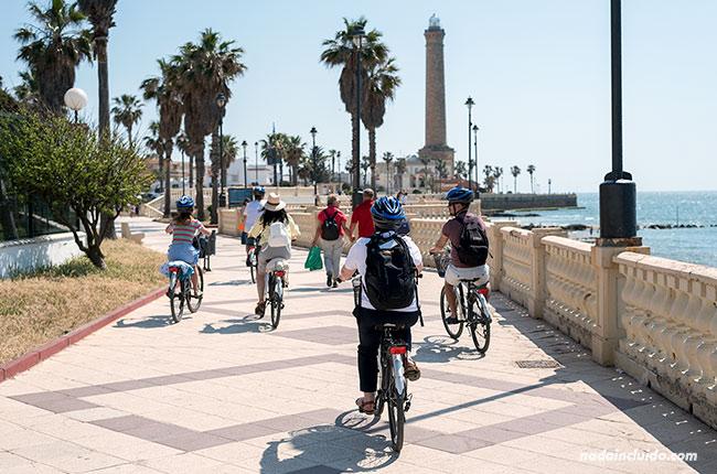 Ruta en bici junto al faro de Chipiona (Cádiz)