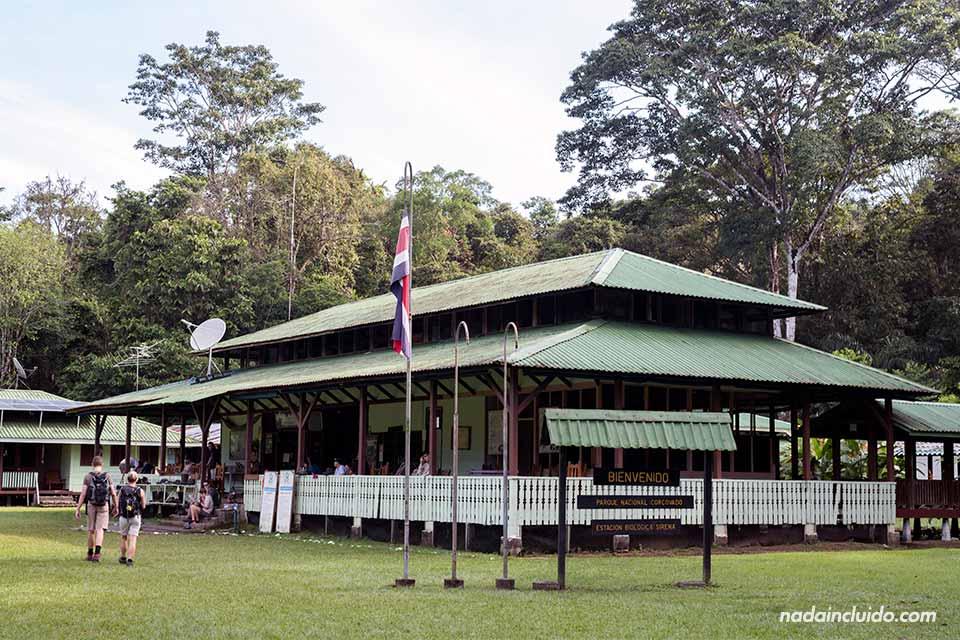Fachada de la Estación Sirena, en el parque nacional de Corcovado (Costa Rica)