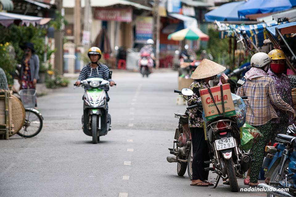 Moto recorre un mercado junto al delta del Mekong, en la provincia de Long An (Vietnam)