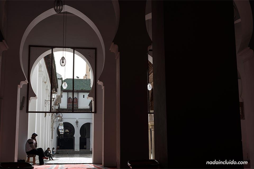 Interior de la universidad Qurawiyyin en Fez (Marruecos)