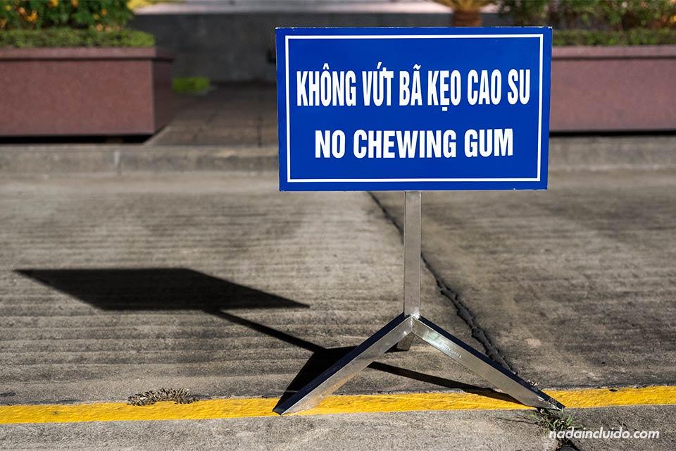 Cartel de prohibido chicles en el Mausoleo de Ho Chi Minh en Hanoi (Vietnam)
