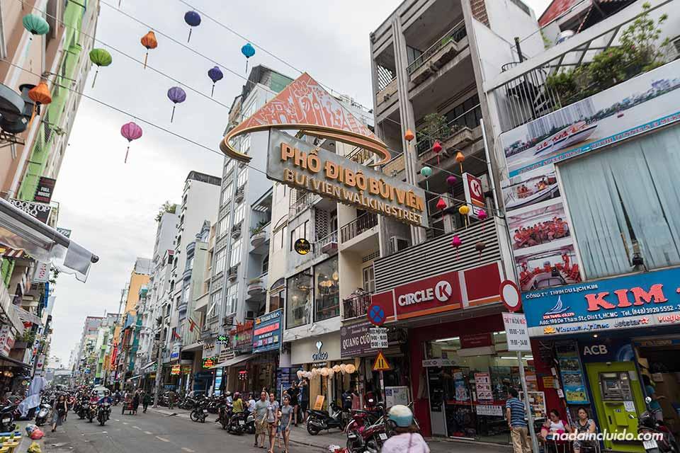 Entrada de la Vui Ven Walking Street, en el backpacker quarter de Ho Chi Minh (Vietnam)