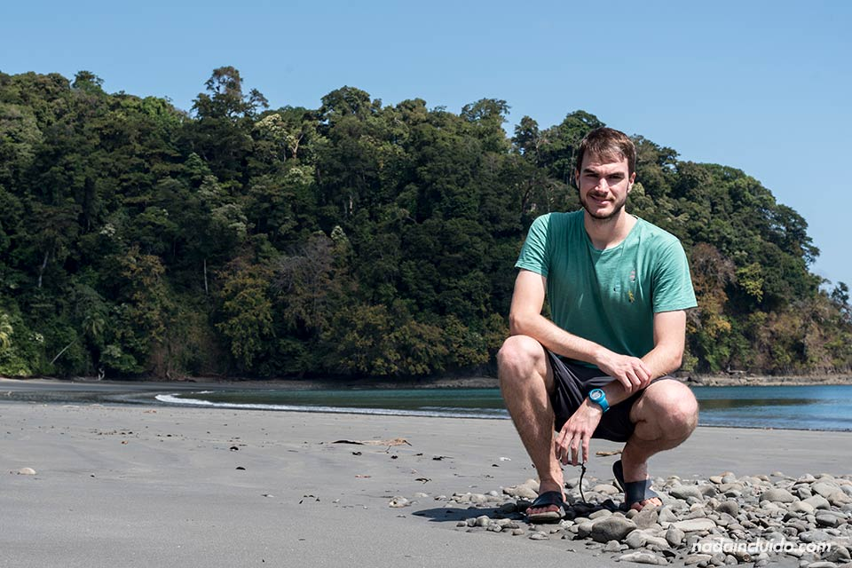 En una playa desierta en isla Paridas, parque nacional marino golfo de Chiriquí (Panamá)