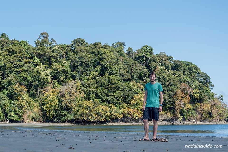 En una playa desierta de isla Paridas, parque nacional marino golfo de Chiriquí (Panamá)