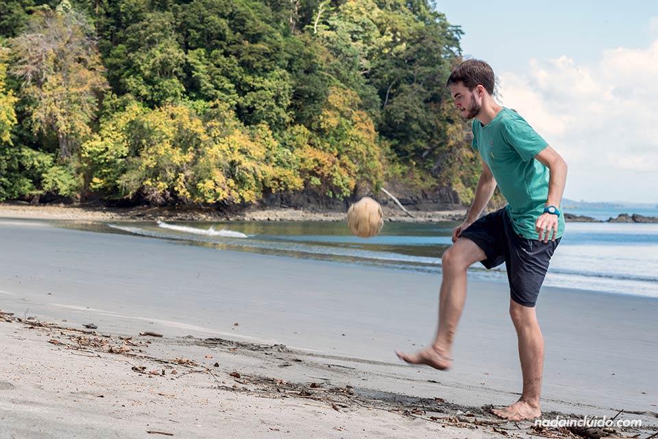 Jugando a fútbol en isla Paridas, parque nacional marino golfo de Chiriquí (Panamá)